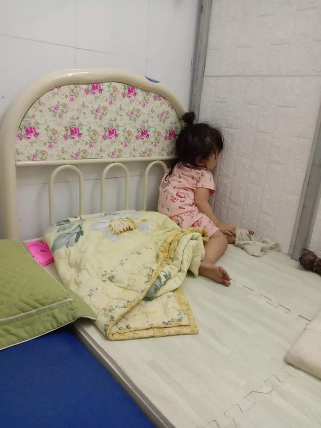 Tối đặt con ngủ ngay ngắn trên gối, nửa đêm tỉnh giấc mẹ không thấy con đâu rồi ôm bụng cười lăn khi tìm thấy bé - Ảnh 7.