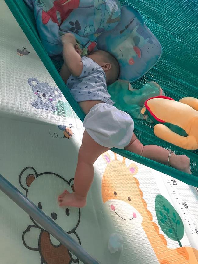 Tối đặt con ngủ ngay ngắn trên gối, nửa đêm tỉnh giấc mẹ không thấy con đâu rồi ôm bụng cười lăn khi tìm thấy bé - Ảnh 10.
