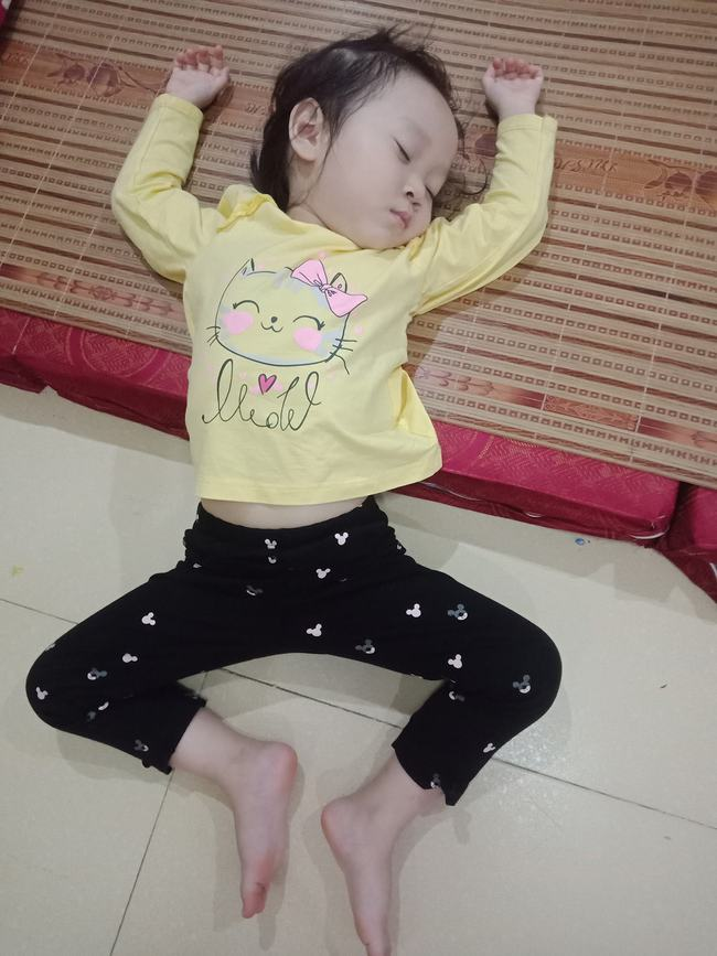 Tối đặt con ngủ ngay ngắn trên gối, nửa đêm tỉnh giấc mẹ không thấy con đâu rồi ôm bụng cười lăn khi tìm thấy bé - Ảnh 16.