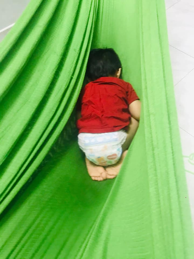 Tối đặt con ngủ ngay ngắn trên gối, nửa đêm tỉnh giấc mẹ không thấy con đâu rồi ôm bụng cười lăn khi tìm thấy bé - Ảnh 11.