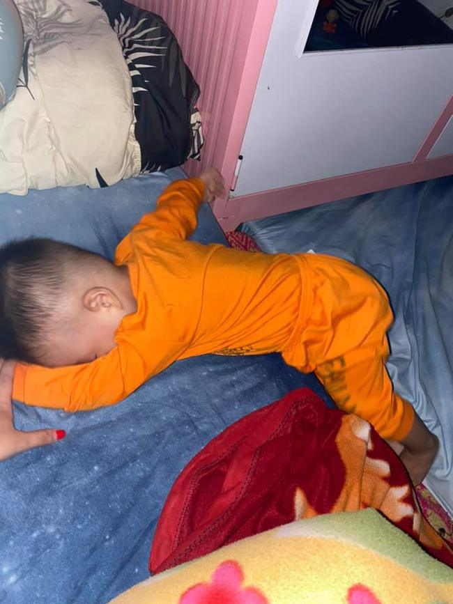 Tối đặt con ngủ ngay ngắn trên gối, nửa đêm tỉnh giấc mẹ không thấy con đâu rồi ôm bụng cười lăn khi tìm thấy bé - Ảnh 8.
