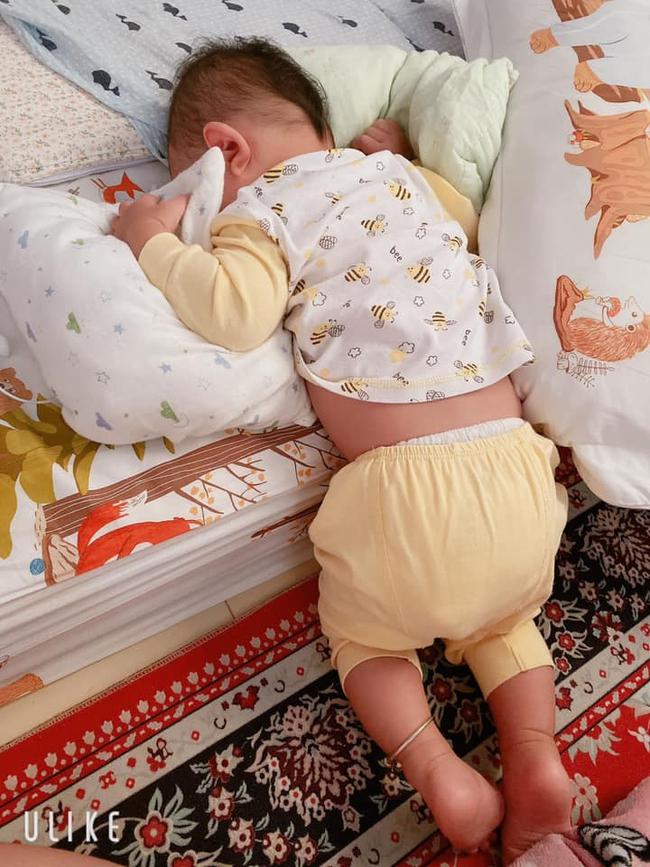 Tối đặt con ngủ ngay ngắn trên gối, nửa đêm tỉnh giấc mẹ không thấy con đâu rồi ôm bụng cười lăn khi tìm thấy bé - Ảnh 13.