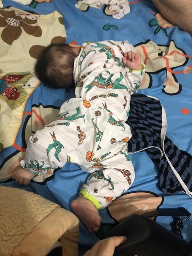 Tối đặt con ngủ ngay ngắn trên gối, nửa đêm tỉnh giấc mẹ không thấy con đâu rồi ôm bụng cười lăn khi tìm thấy bé - Ảnh 9.