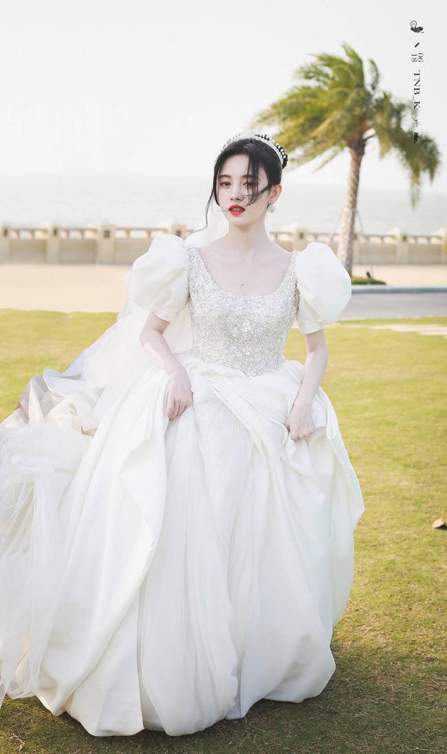 Cúc Tịnh Y mặc váy cưới đẹp mong manh yếu đuối nhưng vẫn bị netizen mắng té tát vì mặt quá đơ cứng  - Ảnh 4.