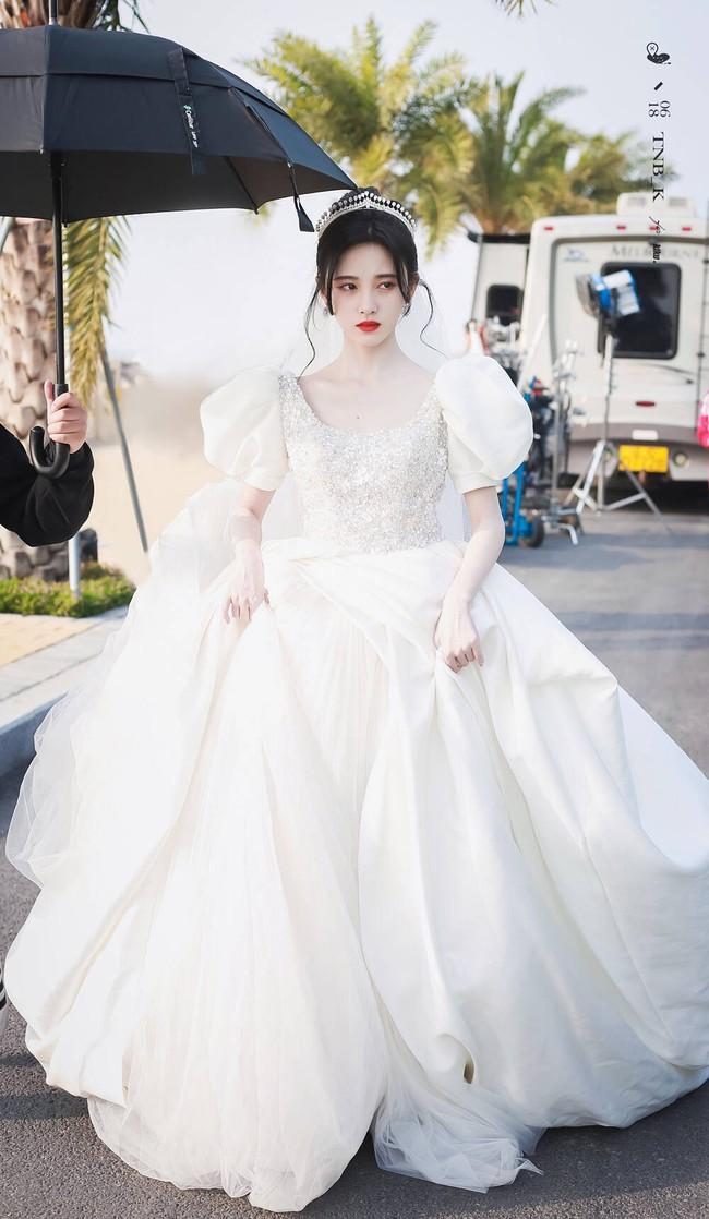 Cúc Tịnh Y mặc váy cưới đẹp mong manh yếu đuối nhưng vẫn bị netizen mắng té tát vì mặt quá đơ cứng  - Ảnh 3.