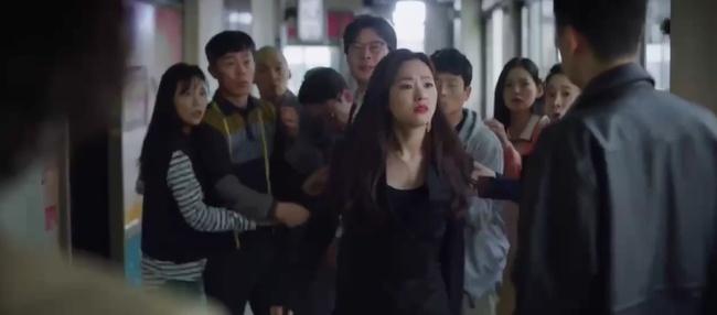 Song Joong Ki tái xuất trong phim Vincenzo cực điển trai: Bị cướp sạch đồ phải sống trong khu ổ chuột, đến tắm còn không có nước - Ảnh 11.