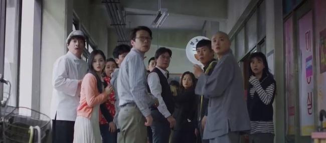 Song Joong Ki tái xuất trong phim Vincenzo cực điển trai: Bị cướp sạch đồ phải sống trong khu ổ chuột, đến tắm còn không có nước - Ảnh 12.