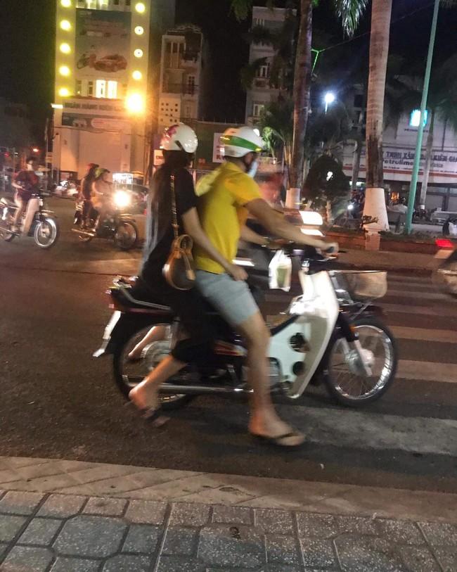 Công Vinh tình tứ chở Thủy Tiên đi khắp thành phố trên chiếc xe máy cũ - Ảnh 2.