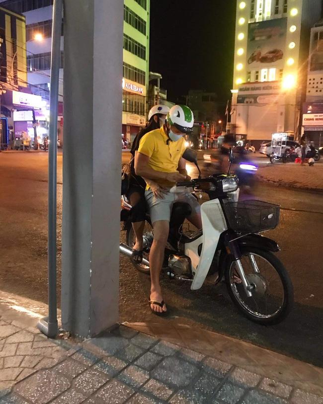 Công Vinh tình tứ chở Thủy Tiên đi khắp thành phố trên chiếc xe máy cũ - Ảnh 1.