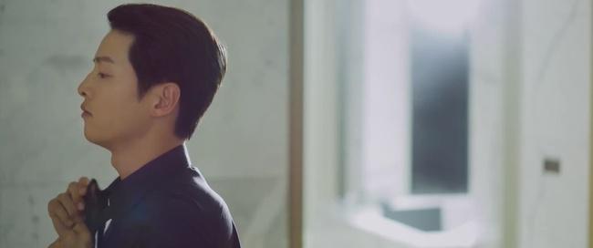 Song Joong Ki tái xuất trong phim Vincenzo cực điển trai: Bị cướp sạch đồ phải sống trong khu ổ chuột, đến tắm còn không có nước - Ảnh 4.