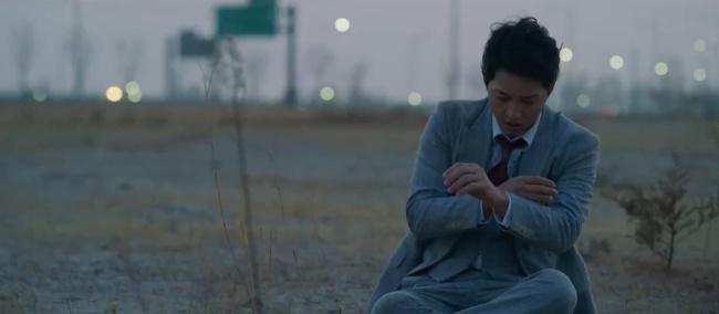 Song Joong Ki tái xuất trong phim Vincenzo cực điển trai: Bị cướp sạch đồ phải sống trong khu ổ chuột, đến tắm còn không có nước - Ảnh 6.
