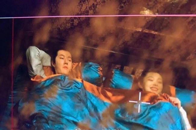 """Netizen bấn loạn vì cảnh giường chiếu của Vương Nhất Bác và """"vị hôn thê"""" Tống Dật  - Ảnh 1."""