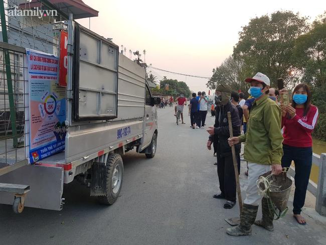 Người dân Bắc Ninh vỗ tay chứng kiến hàng rào cách ly được gỡ bỏ - Ảnh 3.