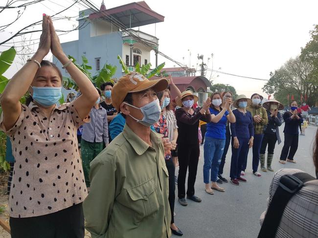 Người dân Bắc Ninh vỗ tay chứng kiến hàng rào cách ly được gỡ bỏ - Ảnh 5.