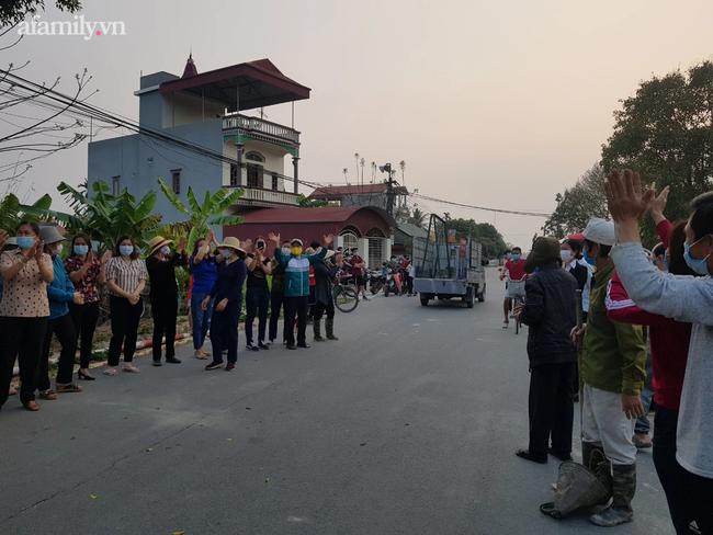 Người dân Bắc Ninh vỗ tay chứng kiến hàng rào cách ly được gỡ bỏ - Ảnh 10.