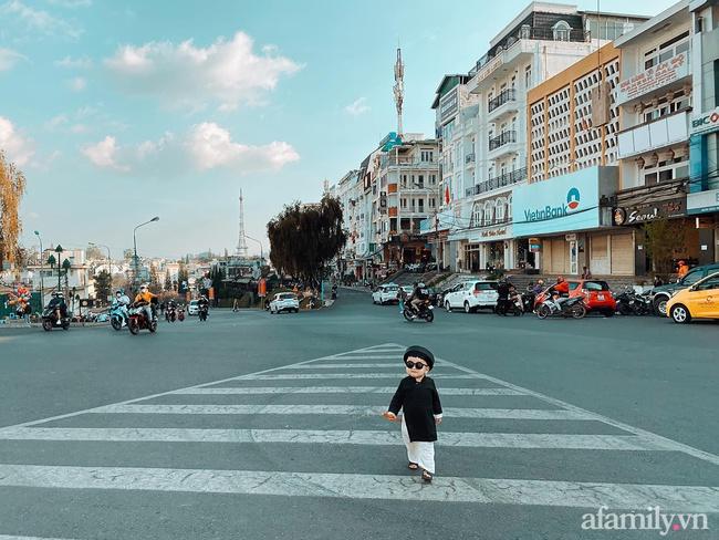 """Bộ ảnh Tết """"chất như nước cất"""" của bé trai 16 tháng tuổi: Không theo trend áo dài đỏ mà diện nguyên bộ đồ """"thầy bói mù"""" đi dạo phố coi quẻ - Ảnh 1."""