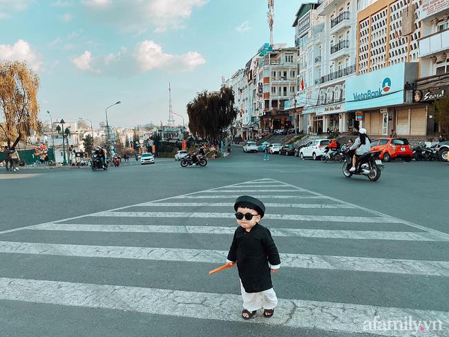 """Bộ ảnh Tết """"chất như nước cất"""" của bé trai 16 tháng tuổi: Không theo trend áo dài đỏ mà diện nguyên bộ đồ """"thầy bói mù"""" đi dạo phố coi quẻ - Ảnh 2."""