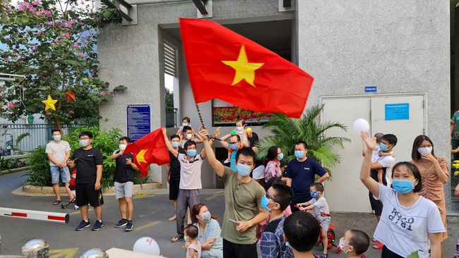 TP.HCM dỡ phong tỏa thêm 4 điểm ở Gò Vấp và Bình Tân, người dân vui sướng cầm cờ ăn mừng - Ảnh 1.