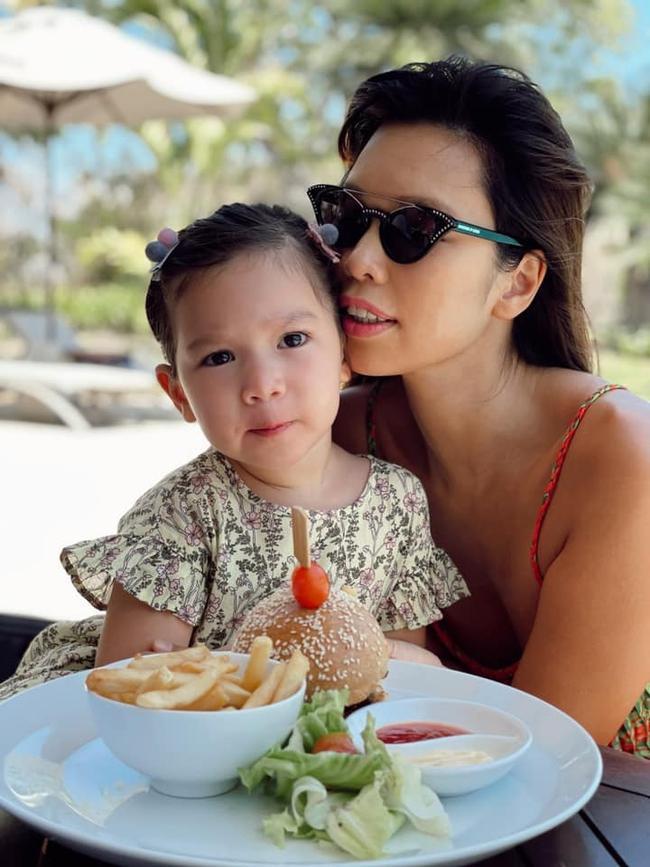 Bẵng đi một thời gian, quý cô Myla nhà siêu mẫu Hà Anh nay lớn phổng phao rất ra dáng, giọng tiếng Việt líu lo dù là con lai cũng khiến dân mạng tan chảy - Ảnh 1.