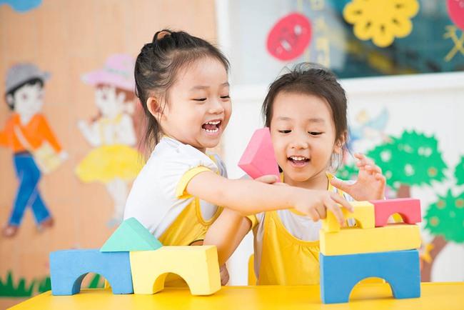 Nghiên của của ĐH Harvard: Cha mẹ càng mua nhiều đồ chơi cho con, trẻ càng trở nên ngốc nghếch - Ảnh 1.