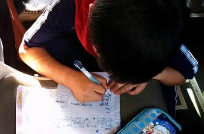 Cậu bé được cô giáo cho 10 điểm Văn nhưng không dám khoe ai, bởi mẹ mà đọc được nội dung không khéo lại ly dị bố! - Ảnh 1.
