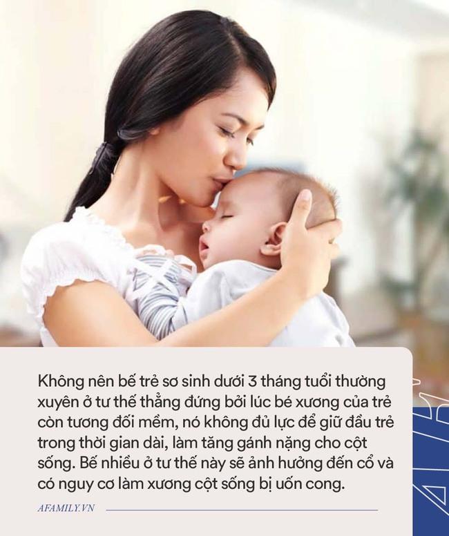 Đây là 2 việc cần tránh khi chăm trẻ sơ sinh kẻo làm biến dạng cột sống non nớt của bé - Ảnh 2.