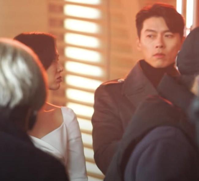 Loạt giây phút tình tứ của Son Ye Jin và Hyun Bin khiến dân tình phát sốt - Ảnh 4.
