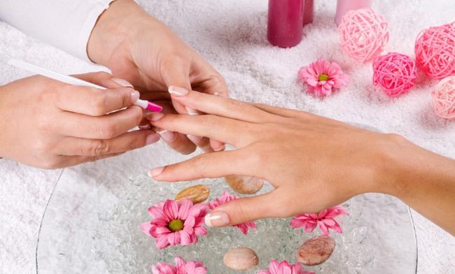 Làm nails để có bộ móng đẹp long lanh, độc đáo: Chị em cẩn thận nguy cơ hít phải loại hóa chất cực độc này - Ảnh 1.