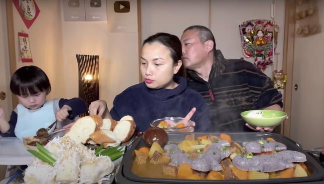"""Gia đình Quỳnh Trần JP khiến fan hú hồn vì ăn nguyên đàn thạch sùng khổng lồ, song biểu cảm """" lội"""" của ông xã cô mới thực sự khó tin - Ảnh 8."""