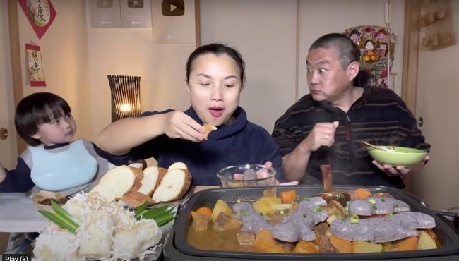 """Gia đình Quỳnh Trần JP khiến fan hú hồn vì ăn nguyên đàn thạch sùng khổng lồ, song biểu cảm """" lội"""" của ông xã cô mới thực sự khó tin - Ảnh 7."""