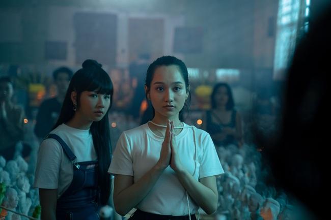 Phim bùa ngải của Victor Vũ - Chi Pu công bố lịch chiếu, Trúc Anh gây choáng với cảnh nhận búp bê làm con - Ảnh 1.