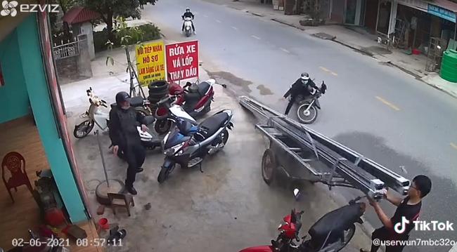 """Clip: Chiếc xe kéo bỗng """"tuột xích"""" giữa đường, 4 thanh sắt suýt đâm vào cổ của một thanh niên đang lúi húi rửa xe - Ảnh 2."""
