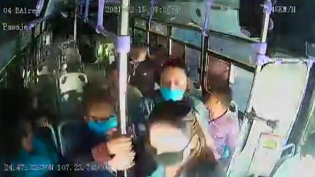 Khoảnh khắc kinh hoàng cô gái hét lên thiết khi bị bạn trai cũ đâm nhiều nhát trên xe buýt chật kín người, phản ứng của cả tài xế và hành khách gây bất bình - Ảnh 1.