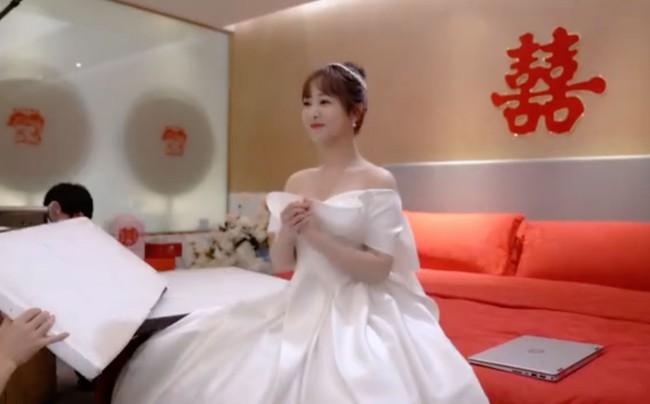 """Lộ ảnh Dương Tử làm cô dâu trong """"Cá mực hầm mật 2"""", mặt thì rất xinh nhưng dáng người rõ béo lùn - Ảnh 1."""