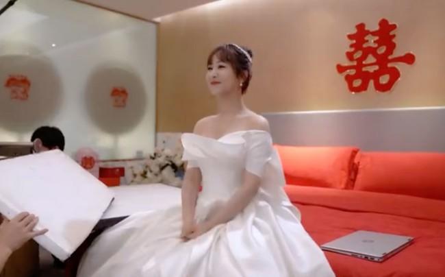 """Lộ ảnh Dương Tử làm cô dâu trong """"Cá mực hầm mật 2"""", mặt thì rất xinh nhưng dáng người rõ béo lùn - Ảnh 4."""