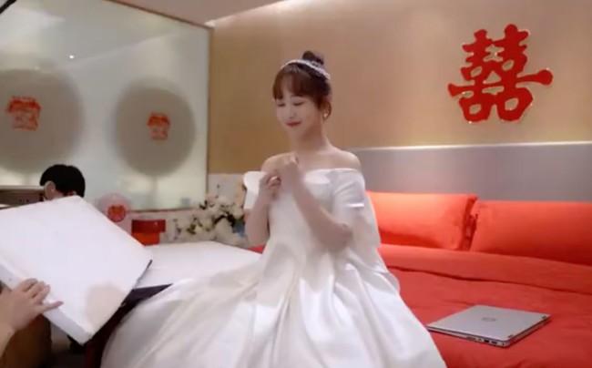 """Lộ ảnh Dương Tử làm cô dâu trong """"Cá mực hầm mật 2"""", mặt thì rất xinh nhưng dáng người rõ béo lùn - Ảnh 3."""