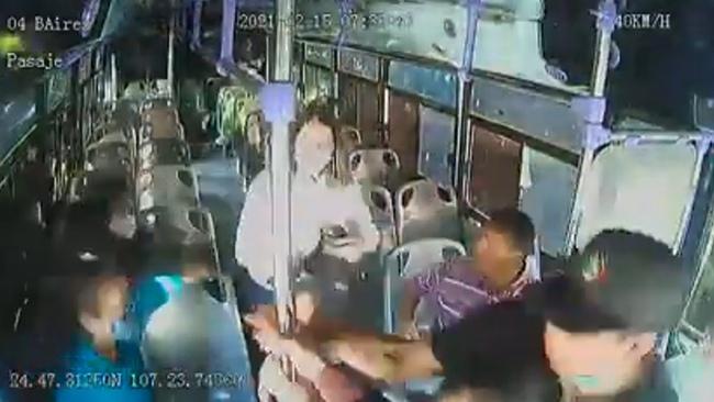 Khoảnh khắc kinh hoàng cô gái hét lên thiết khi bị bạn trai cũ đâm nhiều nhát trên xe buýt chật kín người, phản ứng của cả tài xế và hành khách gây bất bình - Ảnh 3.