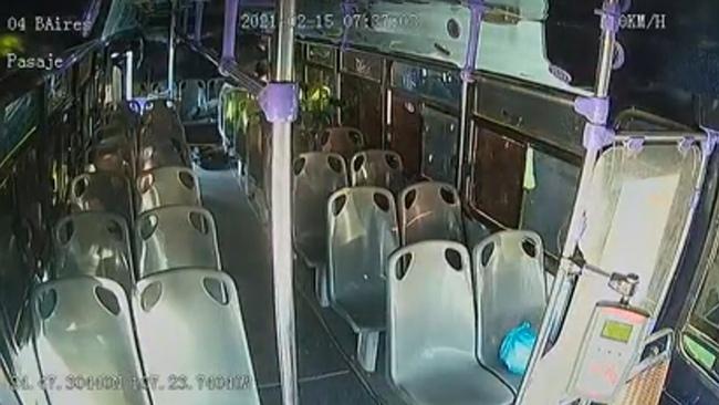Khoảnh khắc kinh hoàng cô gái hét lên thiết khi bị bạn trai cũ đâm nhiều nhát trên xe buýt chật kín người, phản ứng của cả tài xế và hành khách gây bất bình - Ảnh 4.