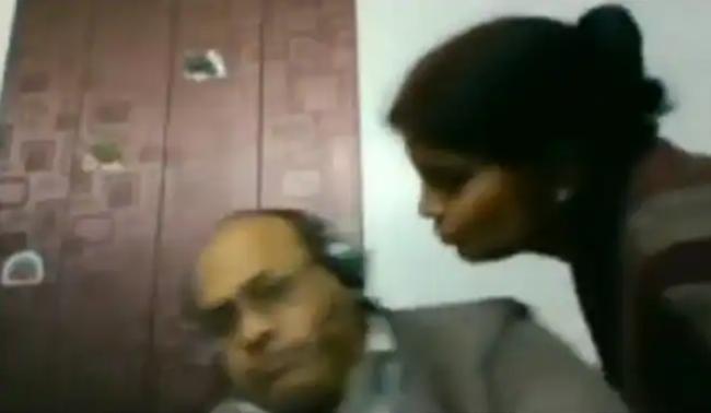 Đang gọi video trực tuyến thì bất ngờ vợ chạy ra đòi hôn tình cảm, phản ứng ngay tức thì của ông chồng gây bão cộng đồng mạng - Ảnh 2.