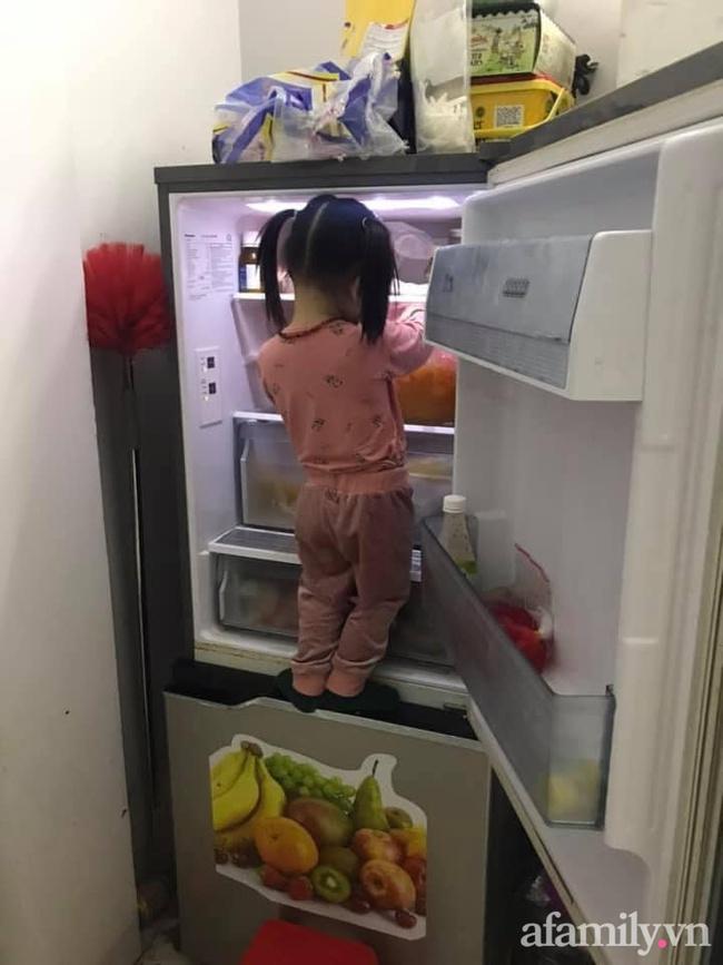 """Đang nấu cơm thì nghe tiếng mở tủ lạnh toang, mẹ vội chạy ra xem thì thấy cảnh """"khó đỡ"""", ai bảo """"đẻ con gái nết na"""" là nhầm to - Ảnh 1."""