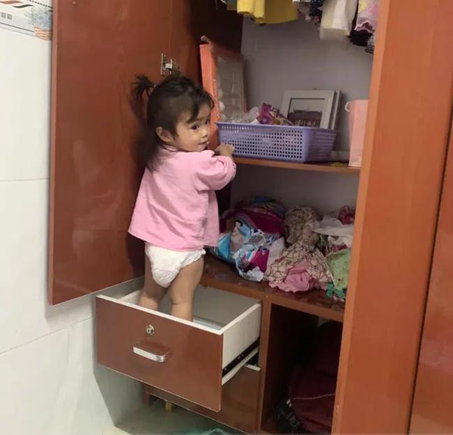 """Đang nấu cơm thì nghe tiếng mở tủ lạnh toang, mẹ vội chạy ra xem thì thấy cảnh """"khó đỡ"""", ai bảo """"đẻ con gái nết na"""" là nhầm to - Ảnh 6."""