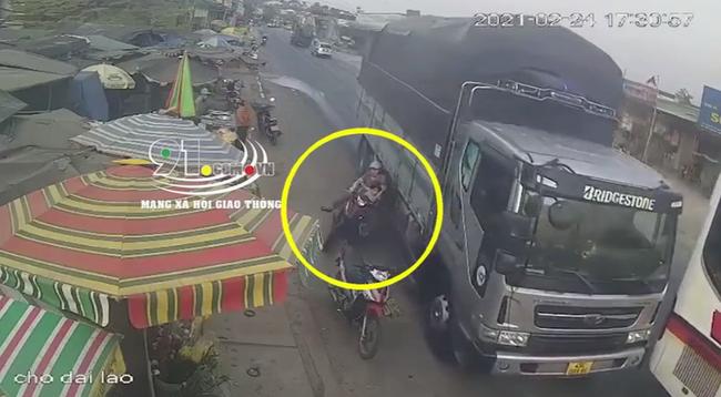 """Clip: Ô tô tải vượt ẩu suýt đẩy 2 mẹ con đi xe máy đến tai nạn kinh hoàng, khoảnh khắc chạm """"cửa tử"""" khiến ai nấy bủn rủn - Ảnh 2."""