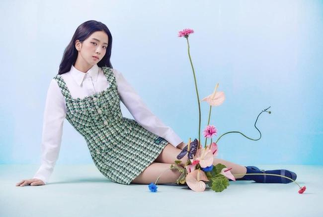 Jisoo lại đổi style diện váy, chuyển hẳn sang hệ tiểu thư nhà giàu chứ không còn xì tin như trước kia nữa - Ảnh 4.