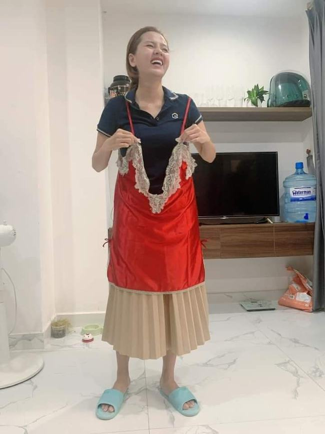 Mua chiếc váy ngủ gợi cảm, cô gái không ngờ shop lại chuyển nhầm size tạp dề khiến hình ảnh sau khi mặc đúng chất tấu hài chuyên nghiệp - Ảnh 4.