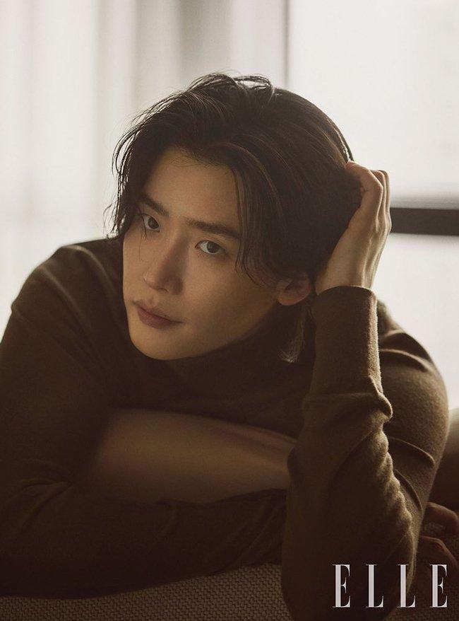 """Lee Jong Suk lại """"đốn tim"""" vì loạt ảnh tạp chí đẹp đến từng centimet, scandal với Trịnh Sảng chỉ là gió thoảng qua  - Ảnh 5."""