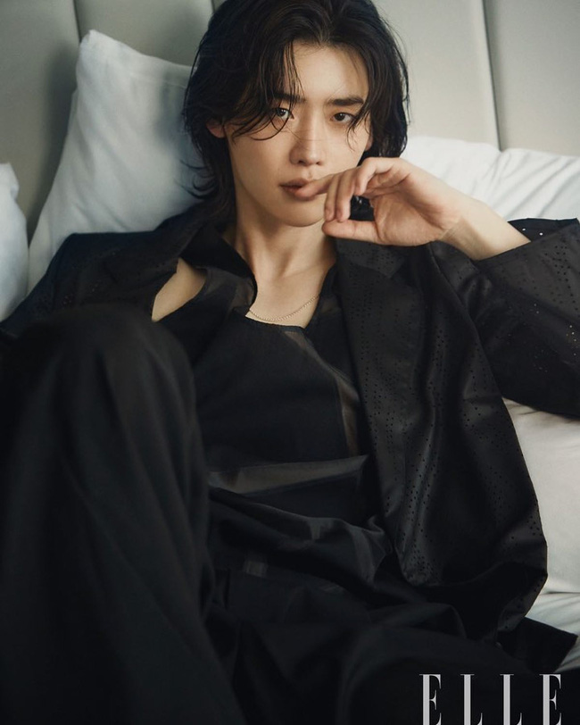"""Lee Jong Suk lại """"đốn tim"""" vì loạt ảnh tạp chí đẹp đến từng centimet, scandal với Trịnh Sảng chỉ là gió thoảng qua  - Ảnh 4."""