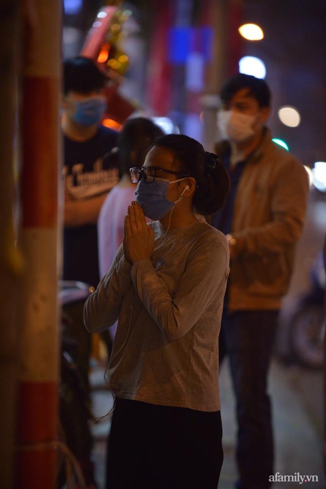 Rằm tháng Giêng hiếm hoi: Người dân chắp tay cầu nguyên phía bên ngoài cánh cổng chùa Phúc Khánh đóng kín - Ảnh 4.