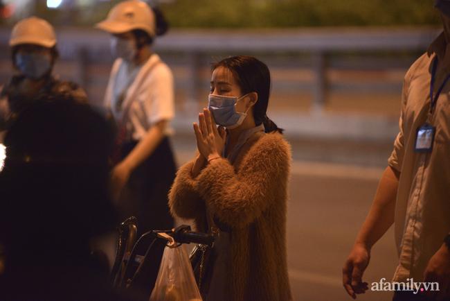 Rằm tháng Giêng hiếm hoi: Người dân chắp tay cầu nguyên phía bên ngoài cánh cổng chùa Phúc Khánh đóng kín - Ảnh 5.