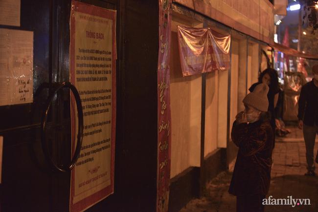 Rằm tháng Giêng hiếm hoi: Người dân chắp tay cầu nguyên phía bên ngoài cánh cổng chùa Phúc Khánh đóng kín - Ảnh 7.