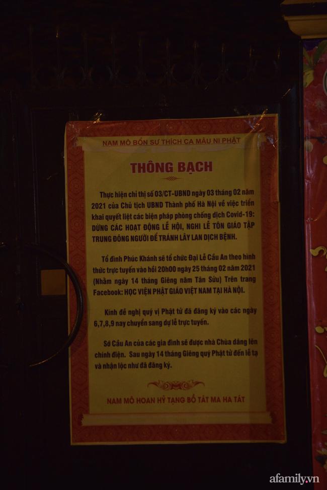 Rằm tháng Giêng hiếm hoi: Người dân chắp tay cầu nguyên phía bên ngoài cánh cổng chùa Phúc Khánh đóng kín - Ảnh 10.